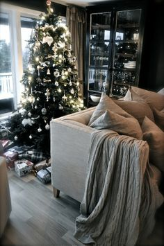 silver & white decorations ~ lovingly repinned by www.skipperwoodhome.co.uk