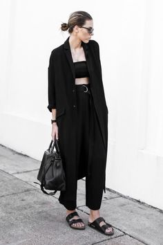 birkenstock outfits schwarze hose hohe taille crop top langer blazer Source by outfit Birkenstock Outfit, Black Birkenstock, Office Looks, Look Fashion, Street Fashion, Chic Outfits, Fashion Outfits, Grunge Outfits, Hijab Fashion