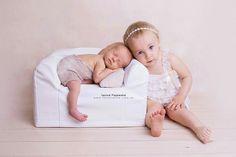 Fotografia noworodkowa. Siblings. Little Couch from www.littlemouse.eu #newbornphotography #newbornsinling #siblingshots #newbornprop #newnornposing #posingcouch #posingpod #fotokraina #fotografianoworodkowa #zdjeciadlanoworodka #sesjarodzinna #propsy