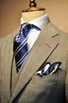 Ok, I love big knotted ties.. But this shirt with the perfect collar and then a perfect knotted tie with a nice dimple is the perfect set to wear. This jutting tie gives us an incredible feeling...