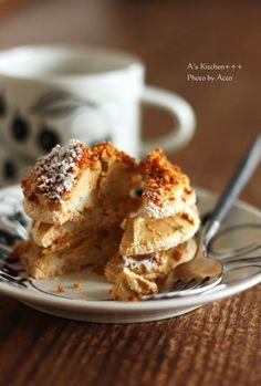卵白のさっくり生地にコーヒーのバタークリームをサンド仕上げに ふりかけのは 香ばしいプラリネバランスがとてもおいしいケーキちっちゃめサイズが これまた か...