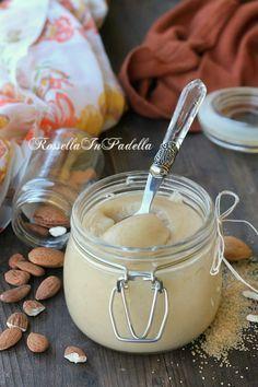 Mandorlata crema spalmabile: 220 g di mandorle scusciate e spellate 140 g di zucchero di canna 150 ml di olio di semi di arachidi 150 ml di acqua 3 cucchiai di miele d'acacia.