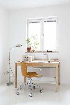 Skrivbord stol fönster kruka lampa