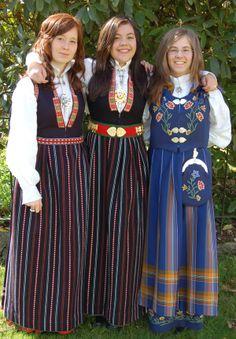 Blå og svart sunnfjord bunad med og utan sølvbelte, høgre Norlandsbunad Folk Costume, Costumes, Going Out Of Business, Norway, Culture, Folklore, Pretty, Scandinavian, Clothes