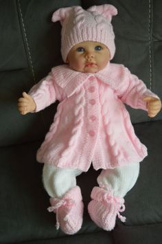 Monate Baby verkabelt und getäfelten Matinee Mantel, lange Hosen Hut und Bo… months baby wired and paneled matinee coat, long pants hat and booties will also fit a 22 inch Reborn baby doll. Outfit ready for shipment Baby Knitting Patterns, Baby Cardigan Knitting Pattern, Knitting For Kids, Baby Patterns, Baby Poncho, Crochet Patterns, Knitting Dolls Clothes, Knitted Baby Clothes, Knitted Dolls