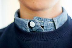 Détail pied de col sur cette chemise denim.