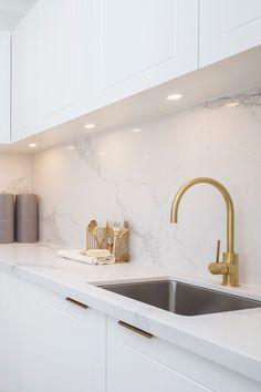 Hamptons Living Room, Hamptons Kitchen, Apartment Kitchen, Kitchen Interior, Home Interior Design, Kitchen Ideas Australia, Küchen Design, House Design, Gold Home Accessories