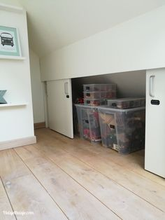 In 7 stappen van Playmobil-chaos naar Playmobil-hemel - In 7 stappen van Playmobil-chaos naar Playmobil-hemel - Attic Bedroom Storage, Attic Master Bedroom, Attic Bedroom Designs, Attic Closet, Attic Bedrooms, Attic Design, Bedroom Loft, Ikea Bedroom, Bedroom Furniture