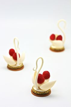 Pastry Food Creations by Frank Haasnoot Patissier. Creative and beautiful desserts. Elegant Desserts, Beautiful Desserts, Fancy Desserts, Just Desserts, Delicious Desserts, Dessert Recipes, Healthy Desserts, Dessert Presentation, Decoration Patisserie
