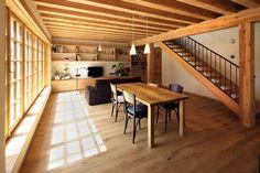Trámové stropy jsou z modřínového lepeného dřeva, podlaha z dubového masivu.