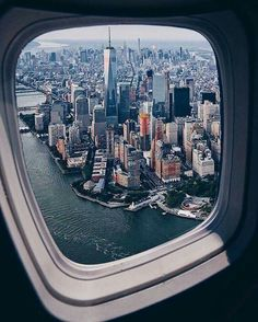 Looking out of a plane, NY and the World Trade Tower Mit Blick aus einem Flugzeug, NY und dem World Trade Tower World Pictures, Travel Pictures, Travel Photos, Photo New York, New York Photos, City Aesthetic, Travel Aesthetic, Airplane Window View, World Trade Towers
