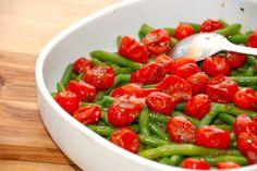 Ovn tomater er et perfekt match med letkogte grønne bønner i denne salat. Tomat- og bønnesalaten er en god ledsager til en grillet bøf. Foto: Guffeliguf.dk.