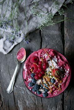 Berry Breakfast Smoothie Bowl - Smoothie Bowl mit Beeren, Erdnussbutter und Kokos.
