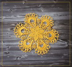 Вязаная маленькая желтая салфетка диаметр ок. 27 см