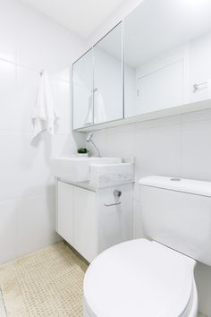 Banheiro pequeno branco clean e armário com espelho | Projeto by Dani Momoi Arquiteta