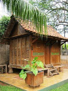 JINEMAN, Rumah Kayu dari Jawa Timur. 3x2,2 m. Di tempat asalnya digunakan untuk menyimpan padi/beras, kopi dsb. Rp. 40.000.000 Toko Barang Antik