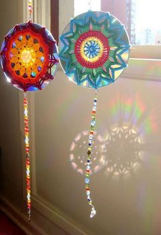 Create unique sun catchers with a CD and some creative crochet work. want to try this with snowflakes or dollies