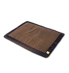 【マウント バッチェラー パッド L】軽量でコンパクトに巻いて持ち運びできるペット用ベッドです。 快適で毛玉のできないフリースプラッシュ、軽く高価なTMC 400断熱パディングなどで出来ています。商品ページ→ http://sanda.shops.net/item?itemid=22097