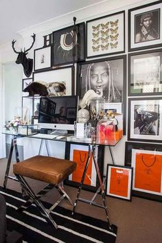 A chic home office. Framed photography AND shopping bags in black and red palette. Decoration Inspiration, Inspiration Wall, Interior Inspiration, Decor Ideas, Tuesday Inspiration, Diy Decoration, Wall Ideas, Home Office Space, Home Office Design