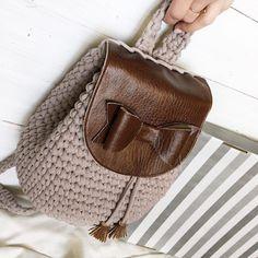 Crochet stitches shell ganchillo ideas for 2019 Crochet Backpack Pattern, Crochet Clutch, Crochet Handbags, Crochet Purses, Crochet Lace, Crochet Pattern, Crotchet Bags, Knitted Bags, Crochet Shell Stitch