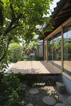 Tato Architects updates a house with a curved plywood interior Japanese Style House, Traditional Japanese House, Japanese Garden Design, Design Exterior, Interior And Exterior, Plywood Interior, Zen House, Backyard, Patio