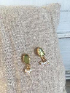 Gold Jhumka Earrings, Indian Jewelry Earrings, Jewelry Design Earrings, Gold Earrings Designs, India Jewelry, Pearl Stud Earrings, Bridal Jewellery, Bead Jewelry, Gold Earrings For Kids