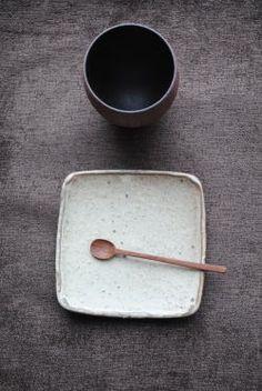 山本泰三「黄粉引角小皿」です。