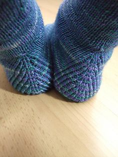 This socks adorns a simple wave pattern on the side, but for both . These socks are decorated with a simple wave pattern on the side, which is knitted differently for both socks. Knitting Socks, Hand Knitting, Knitted Hats, Knitting Patterns, Crochet Patterns, Hand Crochet, Knit Crochet, Needle Felting Tutorials, Patterned Socks