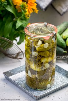 Rozpoczął się już sezon ogórki, więc do zbioru ogórkowych przepisów dołączają ogórki konserwowe, których do tej pory brakowało na blogu. Składniki: * 2 kg