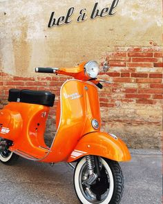 An orange Vespa.The best scooter in the world. Thanks to Italy Scooters Vespa, Motos Vespa, Moto Scooter, Suv Camping, Orange Aesthetic, Aesthetic Vintage, Fiat 500, Vespa Super, Lambretta