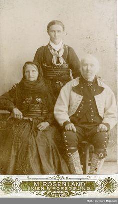 Gruppefoto av Halvor og Tone Jonsås med datter Margit Jonsås Prestholt bak. - Midt-Telemark Museum / DigitaltMuseum | Beltestakk og gråtrøye