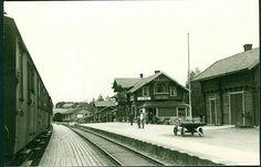 Oppland fylke Vestre-Toten kommune Eina stasjon på Gjøvikbanen, med tog og reisende. Fint nærbilde. Fotokort uten utgiver. Stemplet 1951