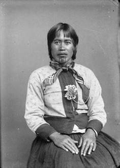 Moko Kauae: 30 Incredible Portraits of Maori Women With Their Tradition Chin Tattoos From the Early Century ~ vintage everyday Filipino Tribal Tattoos, Hawaiian Tribal Tattoos, Samoan Tribal, Maori Tribe, Polynesian People, Maori People, Cross Tattoo For Men, Nordic Tattoo, Kiwiana