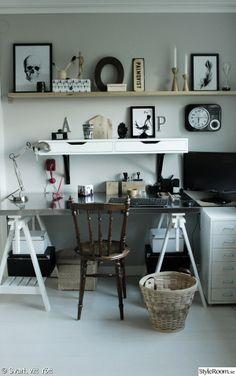 skrivbord,papperskorg,hyllor,arbetsplats,prints,inredningsdetaljer på hylla,arbetshörna