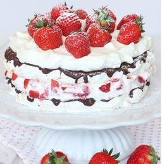 Marängtårta med jordgubbsgrädde, choklad & jordgubbar –klicka här för recept!