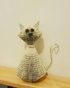 Cat ornament made from recycled books – Art Du Pliage De Livres - Hollowen Old Book Crafts, Book Page Crafts, Book Page Art, Book Folding Patterns Free Templates, Paper Art, Paper Crafts, Cut Paper, Recycled Books, Folded Book Art