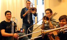 Un grupo de trombones se ha reunido para desear lo mejor en otra de las felicitaciones de cumpleaños, maraca la diferencia con esta felicitación.