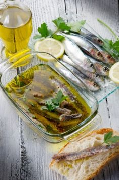 ingelegde ansjovis Fish And Seafood, Seafood Recipes, Preserves, Camembert Cheese, Tapas, Food And Drink, Diy, Seeds, Preserve