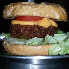 Falafel Burger  Cheddar...coisa dos deuses! Quer comer o melhor vegetariano da sua vida?  Vem pra Divino Burger!  #divinoburger #sensacional #burgerlovers #hamburguerperfeito #hamburguersemfrescura #foodtrailer #comidaderua #guiadohamburguer #falafelburger #cheddar #lactovegetariano by divinoburger