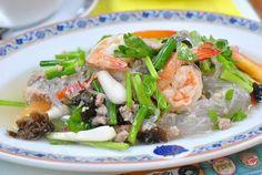 La cocina tailandesa descata por lo picante de sus platos, aunque también se preocupa por la armonía de sus platos a la hora de mezclar los sabores fundamentales. El arroz es uno de los grandes protagonistas de la dieta tailandesa.