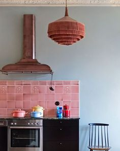 Just adore this kitchen- the pink tile, copper hood and fringed lampshade. european-home-decor Kitchen Interior, Kitchen Decor, Kitchen Design, Kitchen Tiles, Eclectic Kitchen, Stylish Kitchen, Cheap Beach Decor, Cheap Home Decor, Gaston Y Daniela