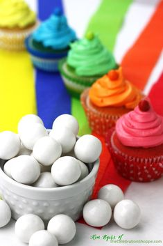 Rainbow Cupcakes... ¡impresionantes! por @Kim {The Celebration Shoppe} #cupcakes #rainbowcupcakes