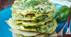 Spinach pancakes for St. Any excuse to get in those greens. No Salt Recipes, Onion Recipes, Veggie Recipes, Healthy Recipes, Pancakes Leger, Reasons To Go Vegan, Spinach Pancakes, Vegetarian Appetizers, Beignets