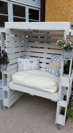 Pallet Outdoor Furniture Enclosed Seating Area with Cushions for Comfort - Outdoor pallet furniture ideas help you make your backyard into an outdoor living area that you can enjoy with your family. Find the best designs! Wooden Pallet Projects, Pallet Crafts, Diy Crafts, Pallet Garden Furniture, Furniture Decor, Furniture Layout, Furniture Projects, Furniture Design, Garden Pallet