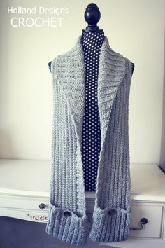 This scarf is functional, modern and stylish! Design features vertical and horizontal ribbing, a wide shawl collar to keep you toasty warm, plus 2 handy buttoned front pockets. Crochet Poncho, Crochet Scarves, Crochet Clothes, Crochet Lace, Free Crochet, Cowl Scarf, Hooded Scarf, Crochet Accessories, Crochet Patterns