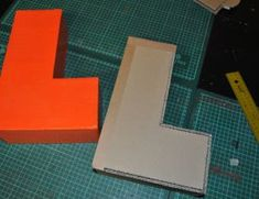 lettre en carton on pinterest letters cardboard letters and alphabet wall. Black Bedroom Furniture Sets. Home Design Ideas