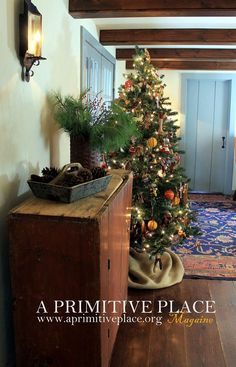 The Spirit of Christmas. Sue and Don DeLorenzo of Hyde Park, New York have turne… The Spirit of Christmas. Primitive Living Room, Primitive Homes, Primitive Crafts, Country Primitive, Hyde Park, Primitive Christmas, Country Christmas, Christmas Christmas, Simple Christmas