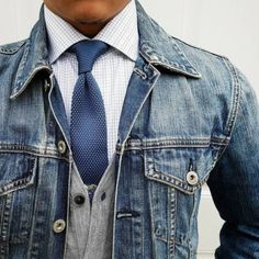 Style your way to cool streetwear approved fashion with this How To Guide for pairing neckties with denim jackets. Accessorize your way to a refreshing look that combines your professional and casual wear. Shirt And Tie Combinations, Mode Man, J Crew Jacket, Style Masculin, Mens Fashion Blog, Men's Fashion, Fashion News, Fashion Outfits, Men Wear