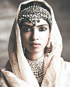 This Indian make up and headdress detail is beautiful. Ethnic Looks, We Are The World, Portraits, Indian Bridal, Pakistani Bridal, Belle Photo, A Boutique, Indian Beauty, Indian Jewelry