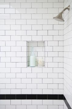 Great use of halftile (subway tile)! A black row in the middle and rounded edges (rel & res) on the shelf. http://www.byggfabriken.com/sortiment/kakel-och-klinker/kakel-half-tile/info/produkter/310-116-half-tile-brilliant-white/